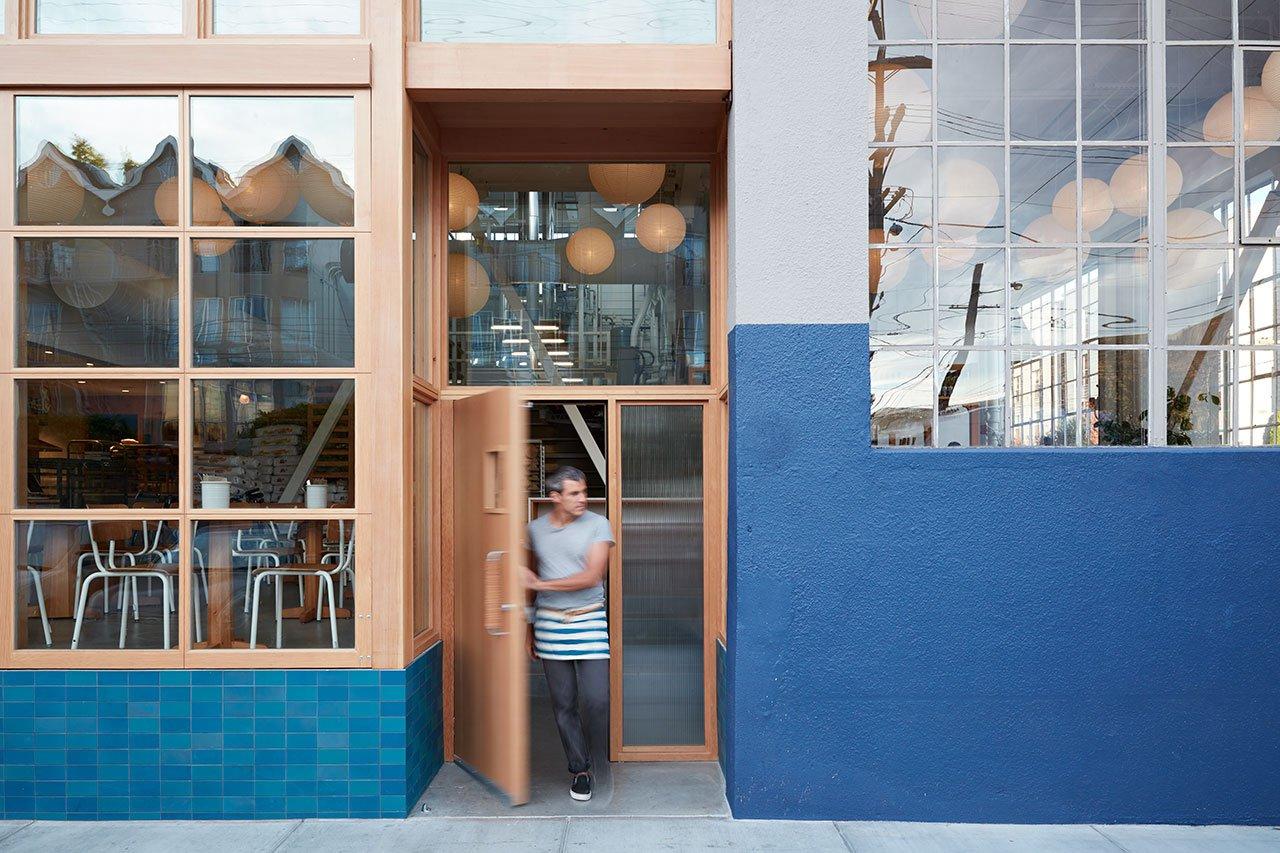 面包工坊主题西餐厅入口处设计